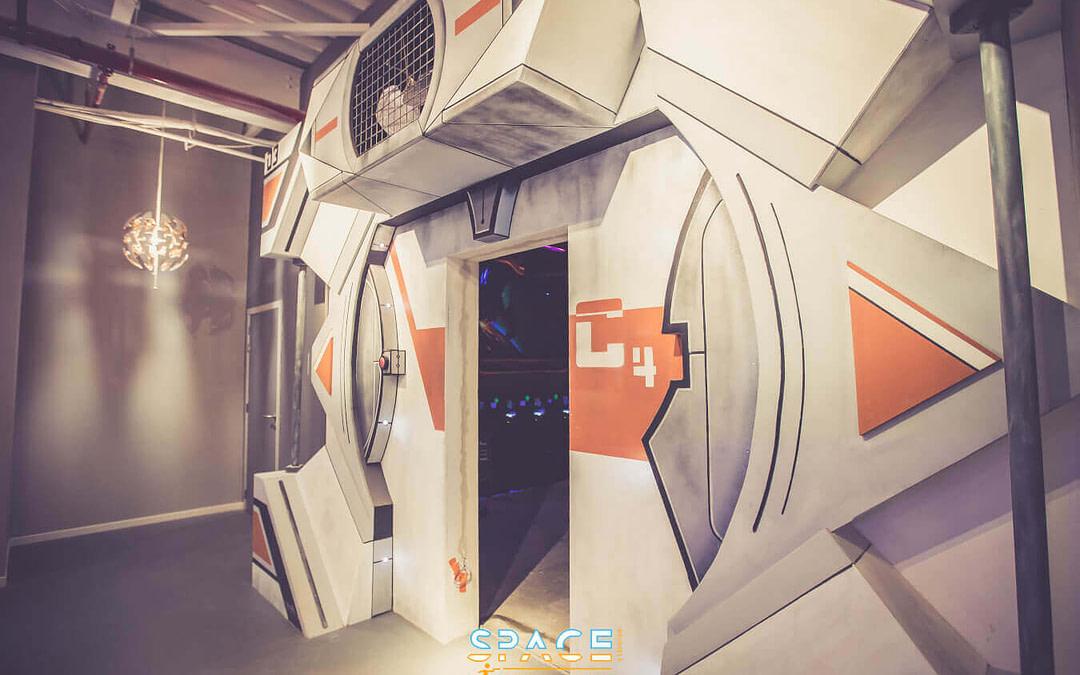 Lasergamen in futuristisch labyrint in shopping St.Michel